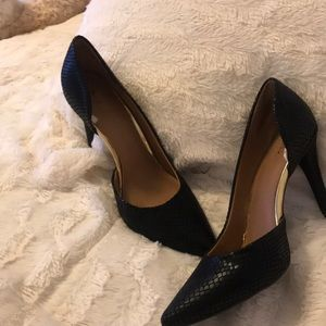 Black snakeskin print pumps